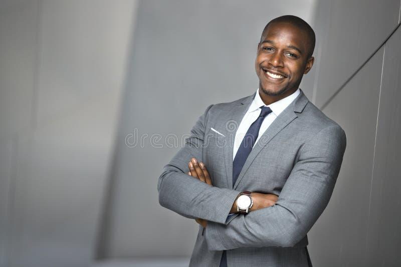 Gelukkig het glimlachen portret van een succesvolle zekere Afrikaanse Amerikaanse collectieve uitvoerende bedrijfsmens stock afbeeldingen