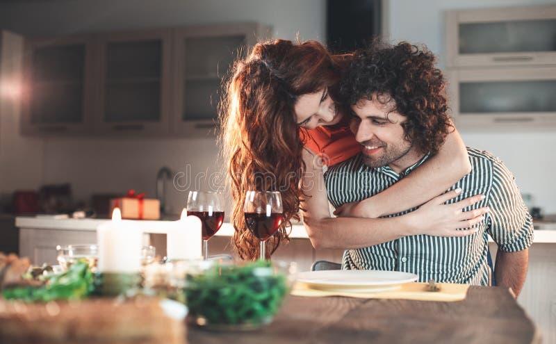 Gelukkig het houden van paar geknuffel tijdens romantisch diner royalty-vrije stock fotografie