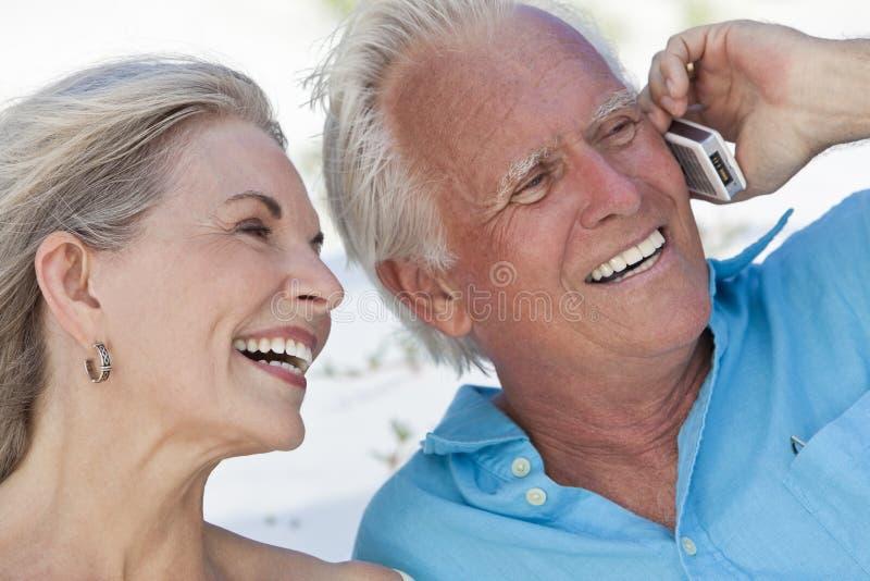 Gelukkig Hoger Paar dat op de Mobiele Telefoon van de Cel spreekt stock afbeeldingen