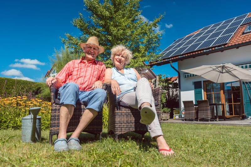 Gelukkig hoger paar in liefde het ontspannen samen in de tuin in a stock foto's