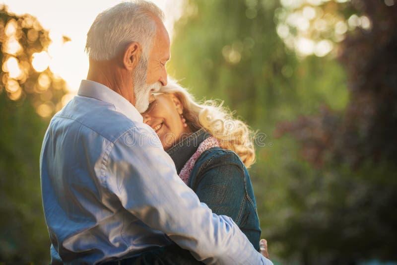 Gelukkig hoger paar in liefde Park in openlucht stock fotografie