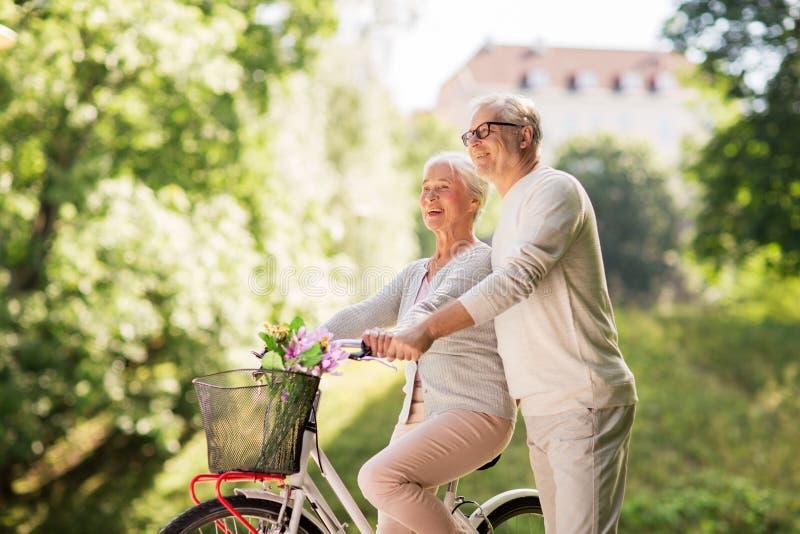 Gelukkig hoger paar met fiets bij de zomerpark royalty-vrije stock afbeelding