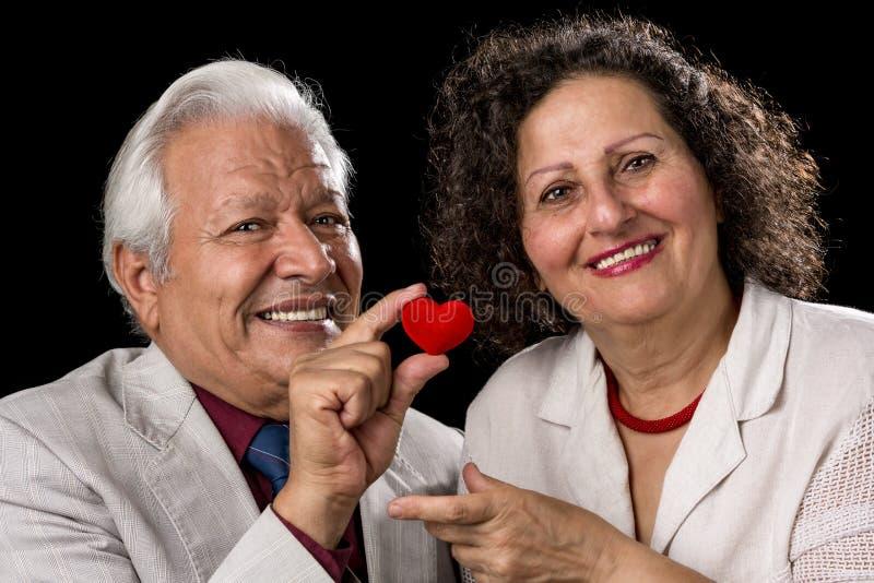 Gelukkig Hoger Paar met Rood Valentine Heart royalty-vrije stock fotografie