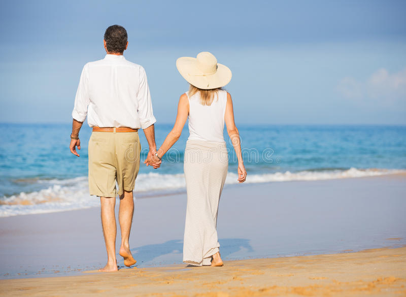 Gelukkig hoger paar op het strand. Pensioneringsluxe Tropisch Onderzoek royalty-vrije stock fotografie