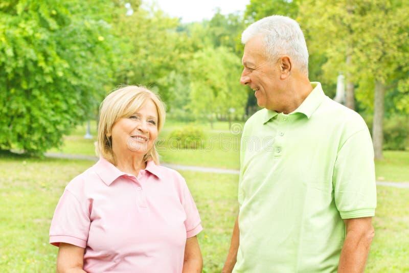 gelukkig hoger paar in openlucht royalty-vrije stock foto's