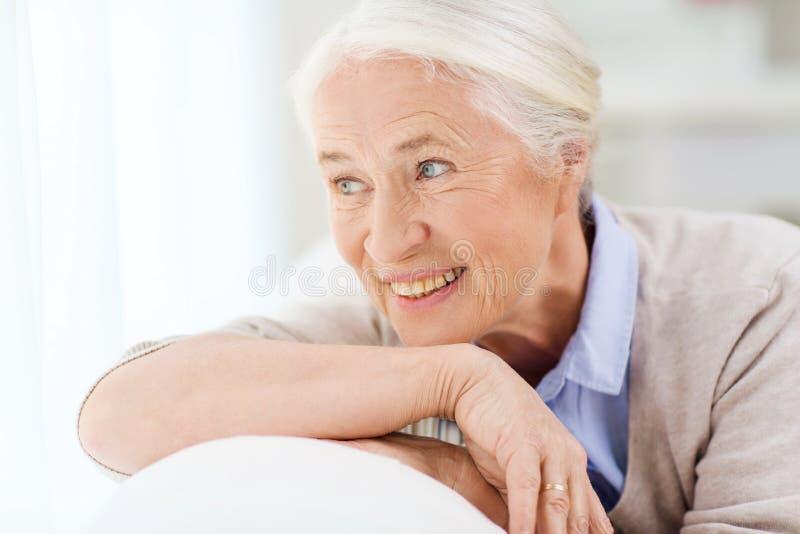 Gelukkig hoger vrouwengezicht thuis royalty-vrije stock afbeelding
