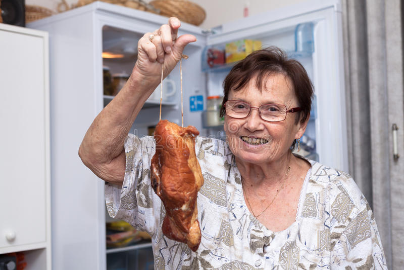 Gelukkig hoger vrouwenholding gerookt vlees stock afbeeldingen