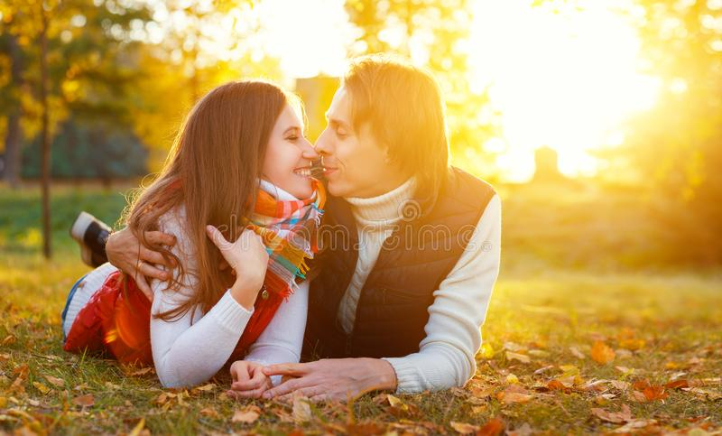 Gelukkig houdend van echtpaar op een de herfstgang stock afbeelding
