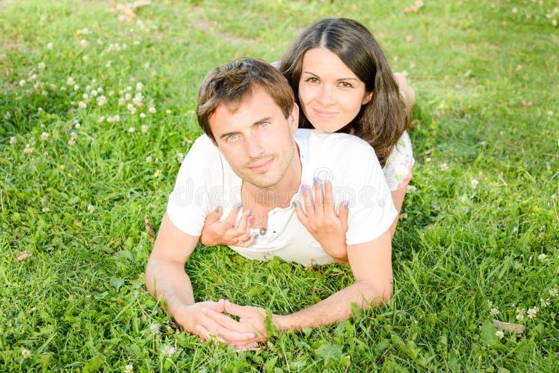 Gelukkig houdend van jong paar die in openlucht ontspannen stock foto's