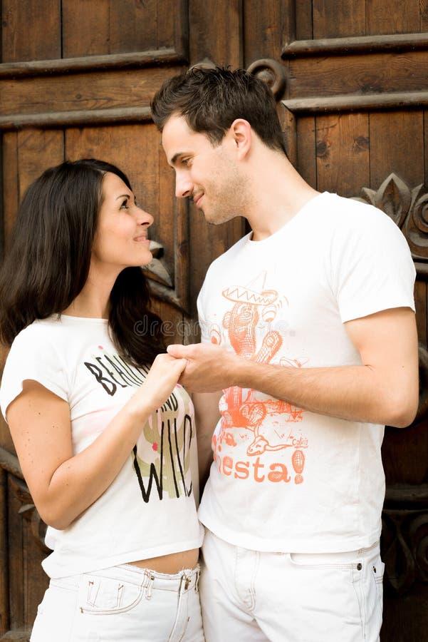 Gelukkig houdend van jong paar in openlucht royalty-vrije stock afbeelding