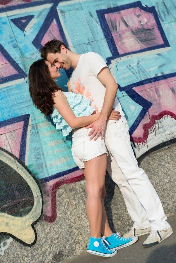 Gelukkig houdend van jong paar in openlucht royalty-vrije stock foto's