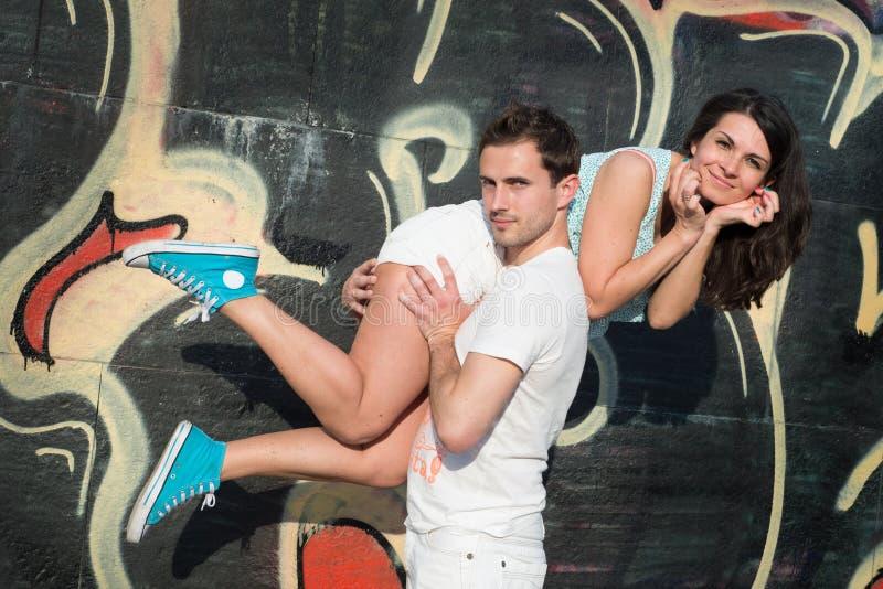 Gelukkig houdend van jong paar in openlucht stock foto