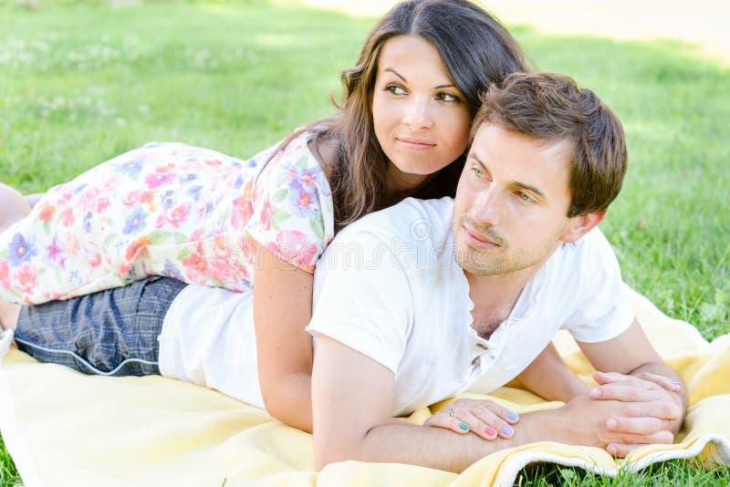 Gelukkig houdend van jong paar in openlucht stock foto's