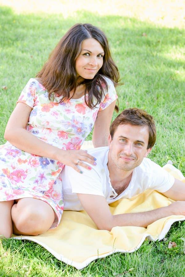 Gelukkig houdend van jong paar in openlucht stock fotografie