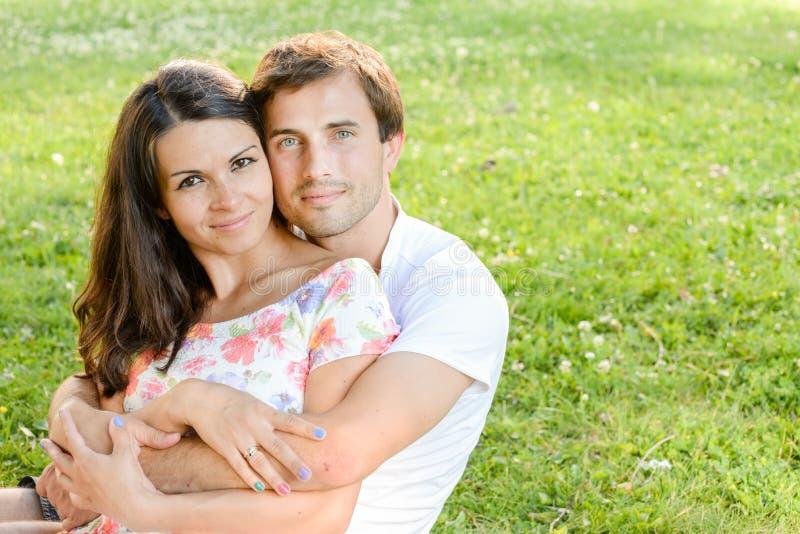 Gelukkig houdend van jong paar in openlucht royalty-vrije stock fotografie