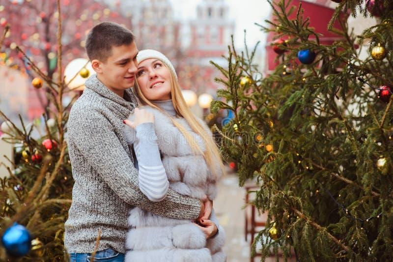 gelukkig houdend van paar die van Kerstmis of Nieuwe jaarvakantie genieten openlucht stock fotografie