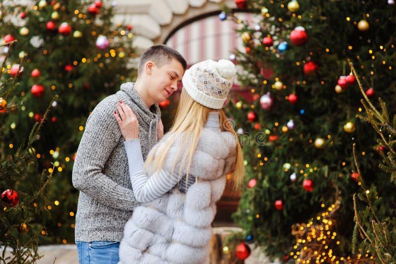 gelukkig houdend van paar die van Kerstmis of Nieuwe jaarvakantie genieten openlucht royalty-vrije stock fotografie