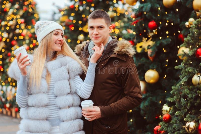 gelukkig houdend van paar die van Kerstmis of Nieuwe jaarvakantie genieten openlucht royalty-vrije stock foto