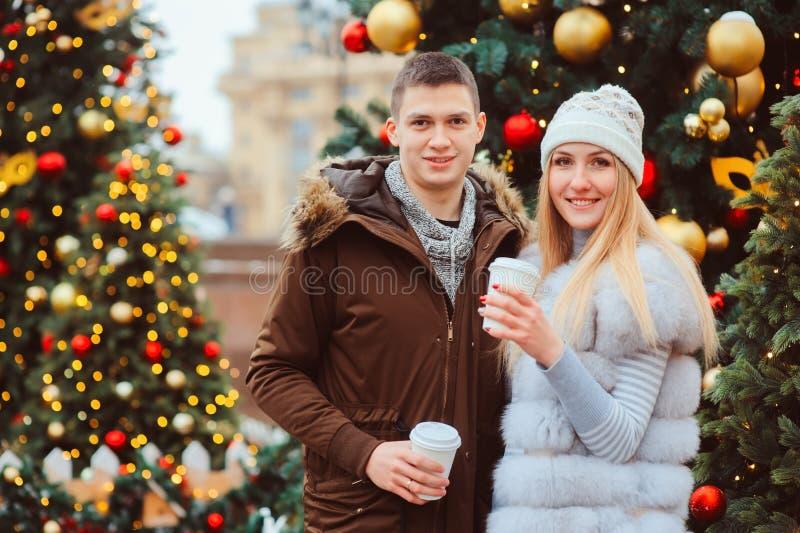 gelukkig houdend van paar die van Kerstmis of Nieuwe jaarvakantie genieten openlucht royalty-vrije stock foto's
