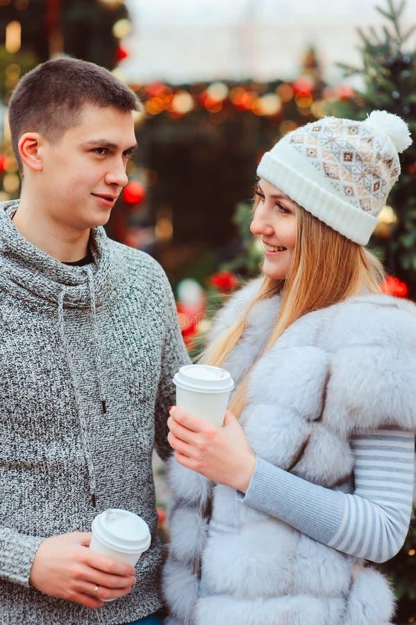 gelukkig houdend van paar die van Kerstmis of Nieuwe jaarvakantie genieten openlucht royalty-vrije stock afbeeldingen