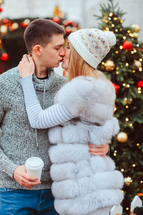 gelukkig houdend van paar die van Kerstmis of Nieuwe jaarvakantie genieten openlucht royalty-vrije stock afbeelding