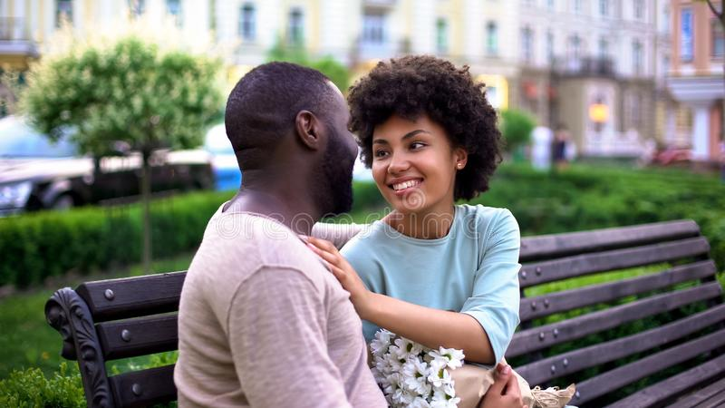 Gelukkig houdend van paar die in park dateren, die de zomer van dag genieten samen, tederheid stock afbeelding