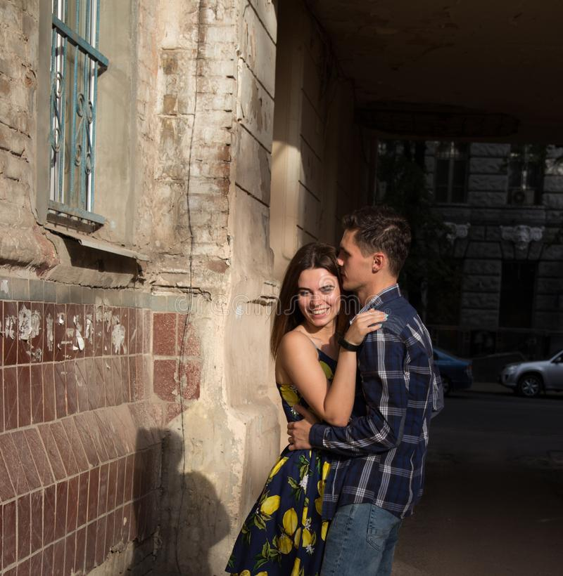 Gelukkig, houdend van paar, familie het koesteren en het lachen de zomermeisje in een kleding een datum in de stad stock afbeeldingen