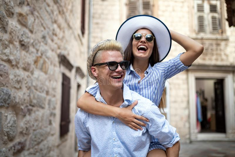 Gelukkig Houdend van Paar Gelukkige jonge mens die zijn meisje vervoert per kangoeroewagen royalty-vrije stock fotografie