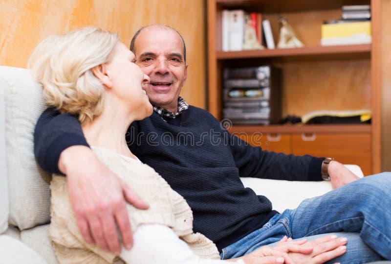 Gelukkig houdend van rijp paar die samen spreken royalty-vrije stock afbeelding