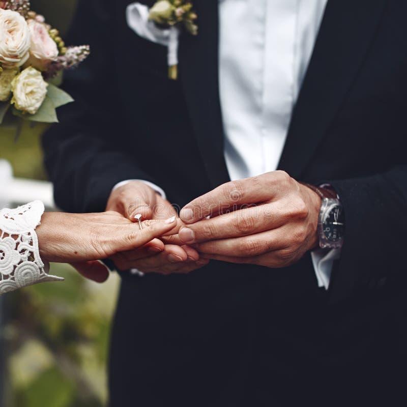 Gelukkig huwelijk, bruid en bruidegom samen royalty-vrije stock afbeeldingen