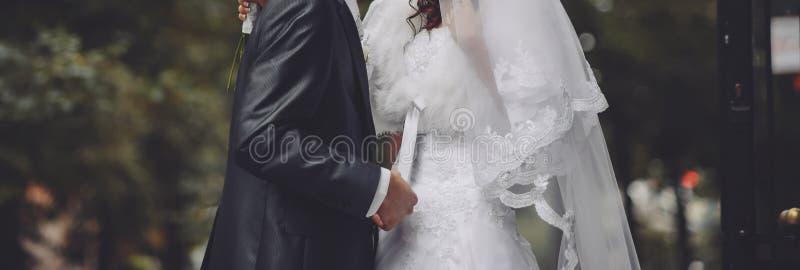 Gelukkig huwelijk, bruid en bruidegom samen stock afbeeldingen