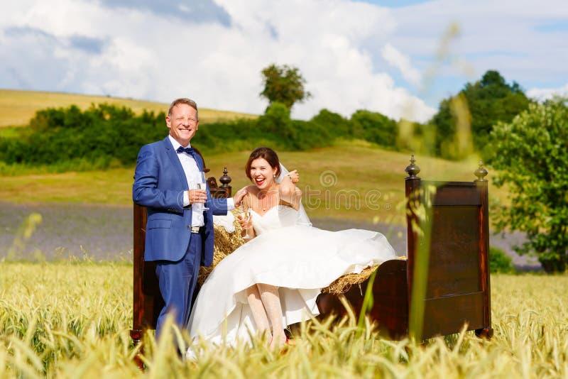Gelukkig huwelijkspaar op tarwegebied royalty-vrije stock afbeeldingen