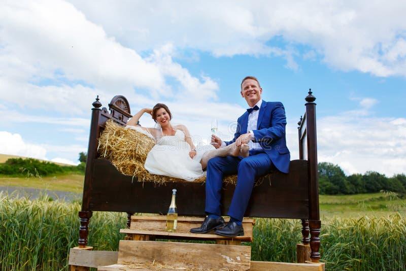 Gelukkig huwelijkspaar op tarwegebied royalty-vrije stock afbeelding