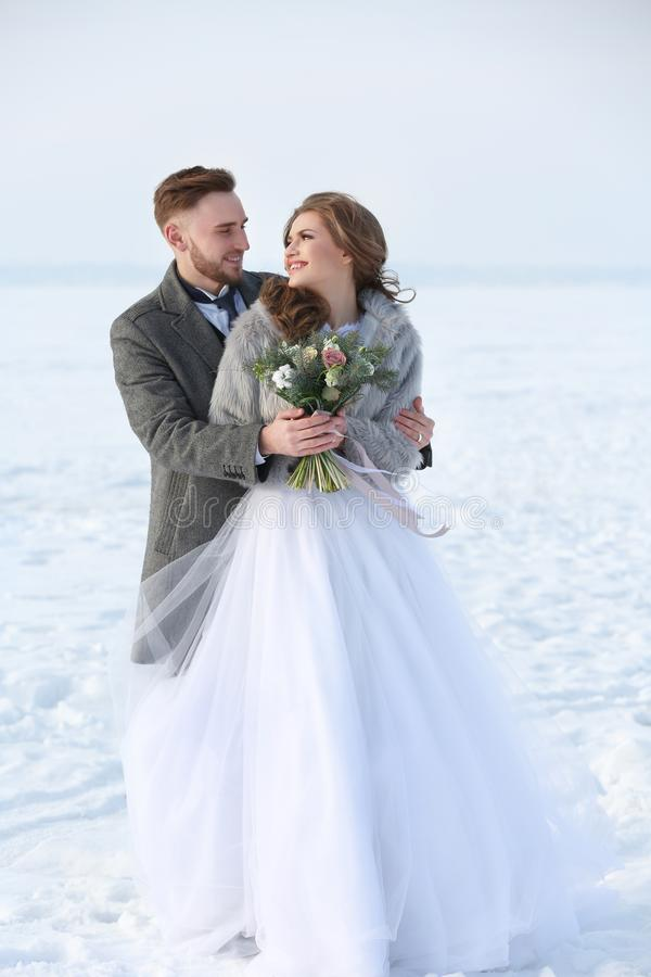 Gelukkig huwelijkspaar in openlucht stock fotografie