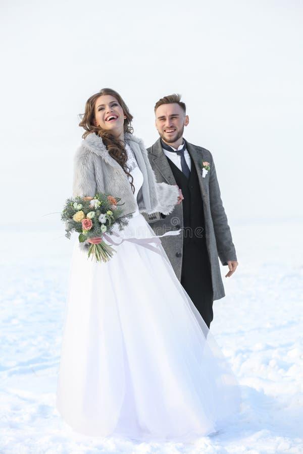 Gelukkig huwelijkspaar in openlucht stock foto's