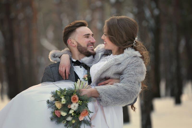 Gelukkig huwelijkspaar in openlucht stock foto