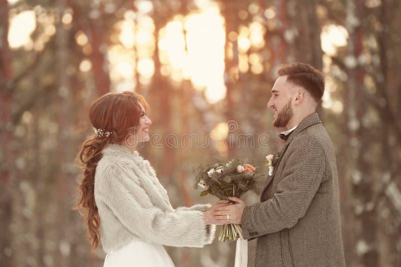Gelukkig huwelijkspaar in openlucht royalty-vrije stock fotografie
