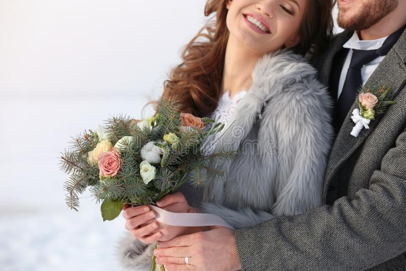 Gelukkig huwelijkspaar in openlucht op de winterdag stock afbeelding