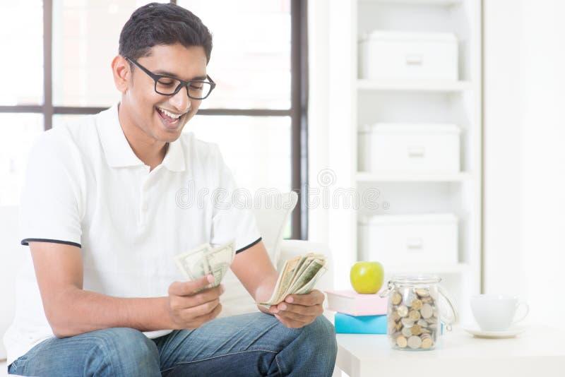 Gelukkig Indisch kerel tellend geld stock afbeelding