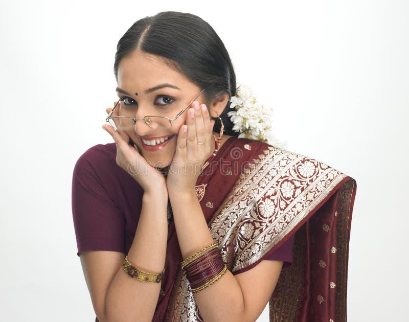 Gelukkig Indisch meisje met bril royalty-vrije stock afbeelding