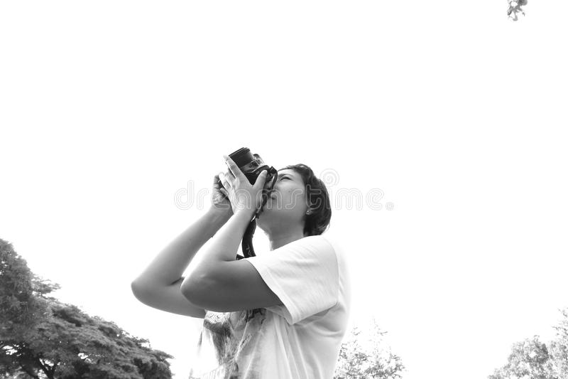Gelukkig jong brunette die foto's nemen stock fotografie