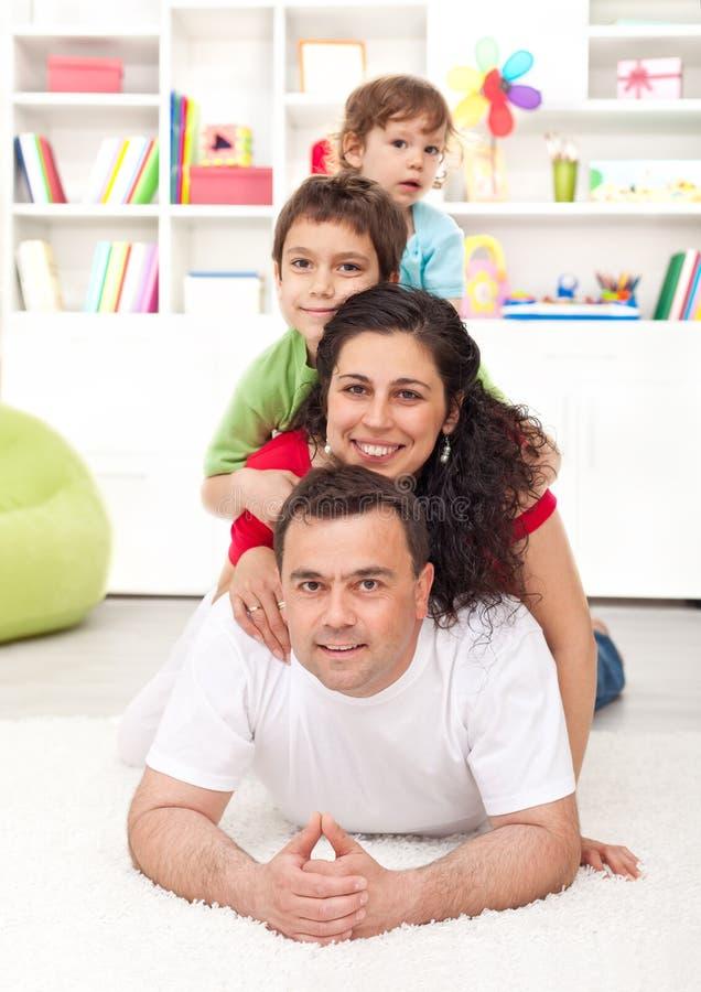 Gelukkig jong familieportret stock afbeelding