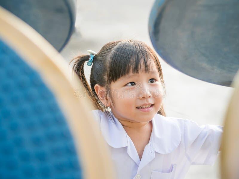 Gelukkig jong geitje, Aziatisch babykind in eenvormige school royalty-vrije stock afbeelding