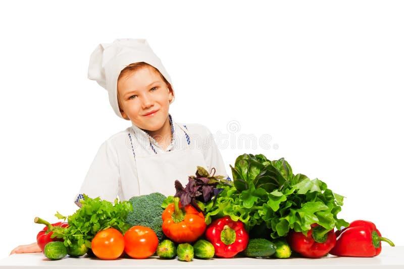 Gelukkig jong geitje die gezonde vegetarische maaltijd voorbereiden royalty-vrije stock foto's