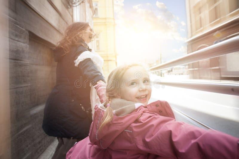 Gelukkig jong geitje die met moeder lachen openlucht, motie royalty-vrije stock afbeeldingen
