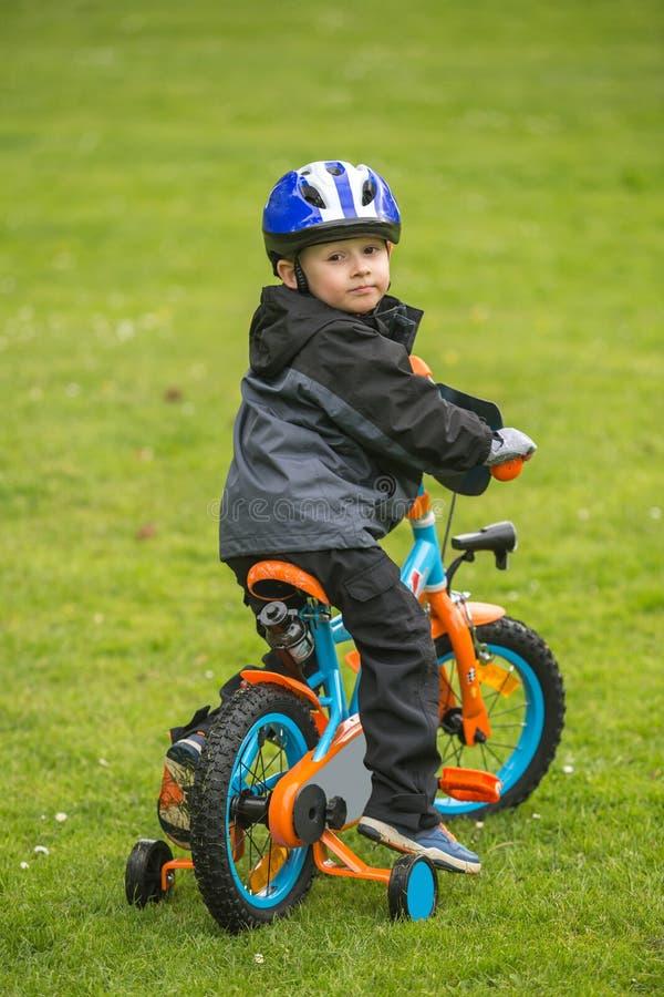 Gelukkig jong geitje met fiets in park royalty-vrije stock afbeeldingen