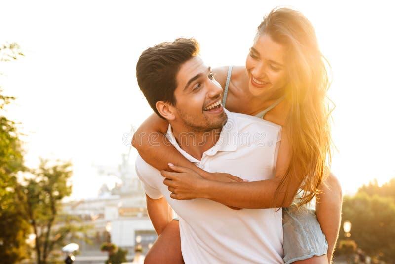 Gelukkig jong houdend van paar die in openlucht het hebben van pret lopen stock foto