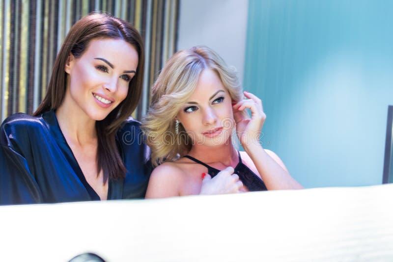 Gelukkig jong lesbisch paar die elkaar in spiegel kijken royalty-vrije stock afbeelding
