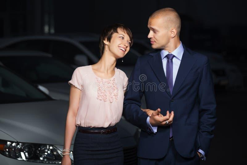 Gelukkig jong manierpaar die in liefde op de stadsstraat bij nacht lopen royalty-vrije stock afbeelding