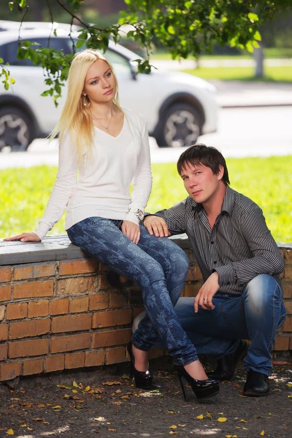 Gelukkig jong manierpaar in liefde op stadsstraat stock foto's
